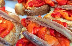 como hacer tostas de pimiento asado y anchoas