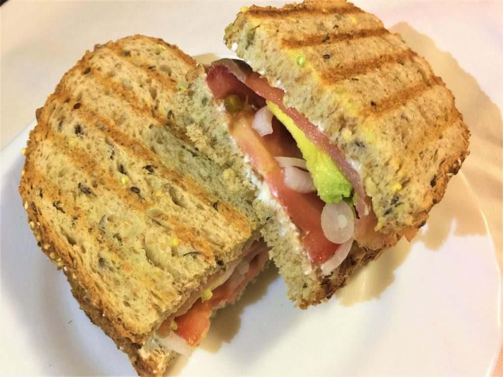como hacer bocadillo o sandwich de aguacate y salmón