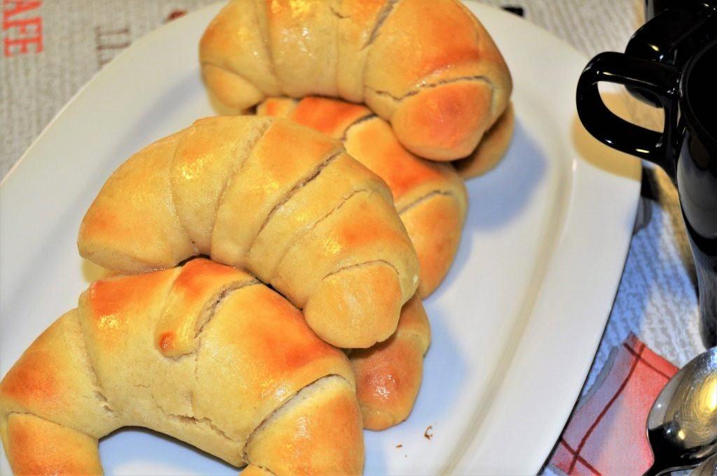 como hacer medias lunas forma de croisant (pan de leche, fácil)