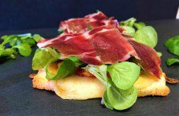 como hacer tosta de tomates especiados y jamón de jabugo