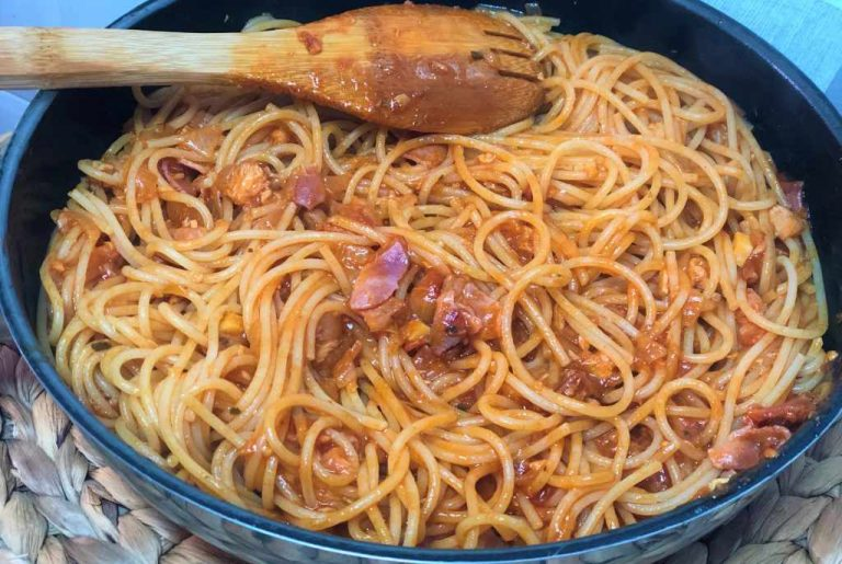 como cocinar espaguetis con atún y beicon