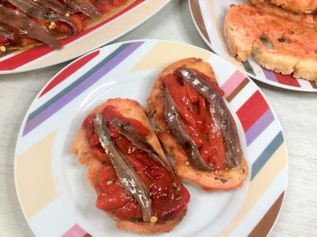 como hacer tostas de pimientos y anchoas con aliño